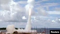 지난 2001년 미국 캘리포니아주 반덴버그 공군기지에서 요격미사일 시험발사를 실시하고 있다. (자료사진)