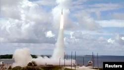지난 2001년 미국 반덴버그 공군기지에서 실시한 미니트맨 대륙간탄도미사일 시험발사 장면. (자료사진)