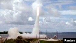 지난 2001년 미국 반덴버그 공군기지에서 실시한 미니트맨 대륙간탄도미사일 ICBM 시험발사 장면. (자료사진)