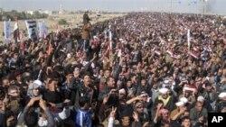 Những người tham gia biểu tình hô vang những khẩu hiệu chống chính phủ Iraq do người Hồi giáo Shia lãnh đạo ở Fallujah, 4/1/2013.