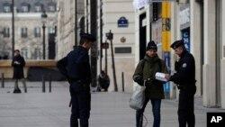 警察在巴黎香榭麗舍大街攔住一名滑滑板的男士。 (2020年3月17日)