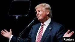 도널드 트럼프 공화당 대통령 후보가 11일 플로리다주 파나마시티에서 유세를 진행하던 중 고개를 갸우뚱하고 있다.