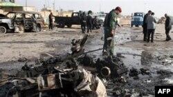 На месте взрыва заминированного автомобиля в иракском городе Рамади. 12 декабря 2010 года