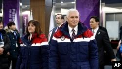 Wapres AS Mike Pence (kanan) bersama istrinya, Karen Pence setibanya di lokasi upacara pembukaan olimpiade musim dingin 2018 di Pyeongchang, Korea Selatan, 9 Februari 2018.