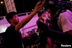香港活動人士黃之鋒在7月14日反送中抗議活動現場。 (2019年7月14日)