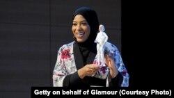 Ibtihaj Muhammad penerima medali Olimpiade bersama boneka Barbie yang terinspirasi olehnya di acara Glamour Women of the Year LIVE Summit, di Brooklyn, New York, Senin (13/11).
