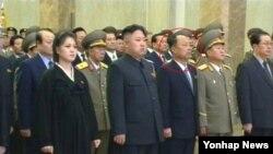 16일 북한 김정일 국방위원장 1주기를 맞아 열린 공개행사에서 김정은 국방위 제1위원장 바로 옆에 등장한 인사. 60대로 보이는 이 중년남성(동그라미)은 17일 금수산태양궁전 개관식에도 김 제1위원장의 바로 왼쪽에 다시 등장했다.