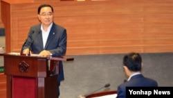 정홍원 한국 국무총리가 12일 국회 본회의장에서 열린 대정부질문에서 의원들의 질문에 답하고 있다.