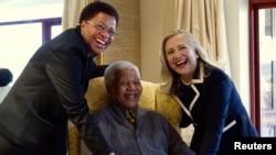 Hillary Clinton akutana na Nelson Mandela na Mkewe Graca Machel (k) nyumbani kwake Qunu, Afrika Kusini