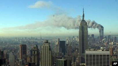 Dim se širi New Yorkom nakon što su se dva oteta aviona srušila u tornjeve blizance 11. septembra 2001.
