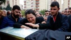 土耳其安卡拉爆炸事件中的死难者家属在葬礼上痛哭(2015年10月12日)