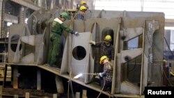 지난 2008년 폴란드 북부 항구도시 그디니아의 조선소에서 인부들이 조립작업을 하고 있다. (자료사진)