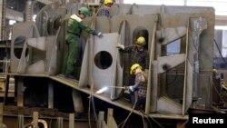 Para pekerja di industri galangan kapal (foto: ilustrasi).