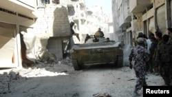 Солдаты сирийской армии в районе аль-Халдиа в городе Хомс. Сирия. 27 июля 2013 г.