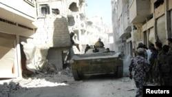 نیروهای وفادار به دولت بشار اسد در منطقه خالدیه در شهر حمص - ۲۸ ژوییه ۲۰۱۳