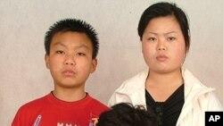 중국 베이징 주재 한국총영사관에서 생활해온 국군 포로 故 백종규 씨의 딸 영옥(중앙) 씨와 외손자, 외손녀. 지난 2009년 총영사관에 들어가기 전날 은신처에서 찍은 사진 (자료사진).