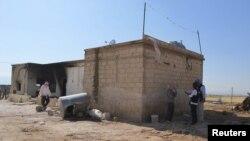 Pengawas PBB sedang berbincang dengan seorang warga di depan rumah di Mazraat al-Qubeir (8/6). Sedikitnya 78 orang dilaporkan telah dibantai di wilayah ini, Rabu lalu.