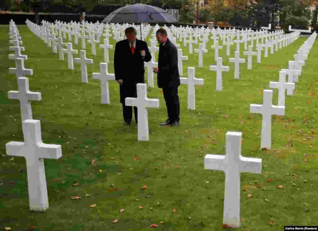 美国总统特朗普2018年11月11日在巴黎的美国公墓和纪念园参加第一次世界大战结束100年纪念仪式。