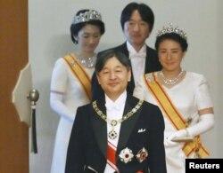 جاپان کے نئے شہنشاہ نارو ہیتو تخت نشینی کے بعد، اپنی اہلیہ ملکہ ناساکو کے ہمراہ، ان کے پیچھے ولی عہد اکی شینو اور شہزادی کی کو کھڑی ہیں۔ یکم مئی 2019