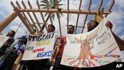 Defensores del DACA y otros seguidores protestan en las afueras de la Corte del Noveno Distrito de California, en Pasadena.
