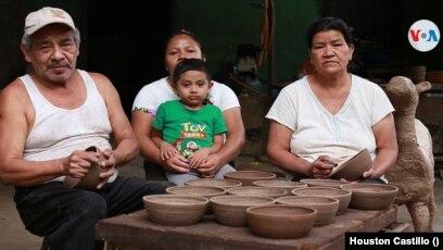 Otros residentes de Catarina tienen sus propios negocios de venta de artesanías creadas por ellos mismos. Foto Houston Castillo, VOA.
