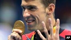 Michael Phelps celebró su victoria en los 200 metros combinado individual el jueves por la noche.