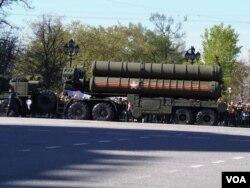 5月7日紅場閱兵彩排時停在莫斯科街頭的S-400防空導彈,中國已俄羅斯簽訂了購買合同。(美國之音白樺攝)