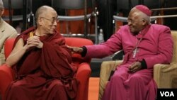 Dalai Lama (kiri) bersama Uskup Desmond Tutu dalam sebuah acara di Amerika (foto: dok). Tutu marah karena permohonan visa Dalai Lama ditolak pemerintah Afsel.