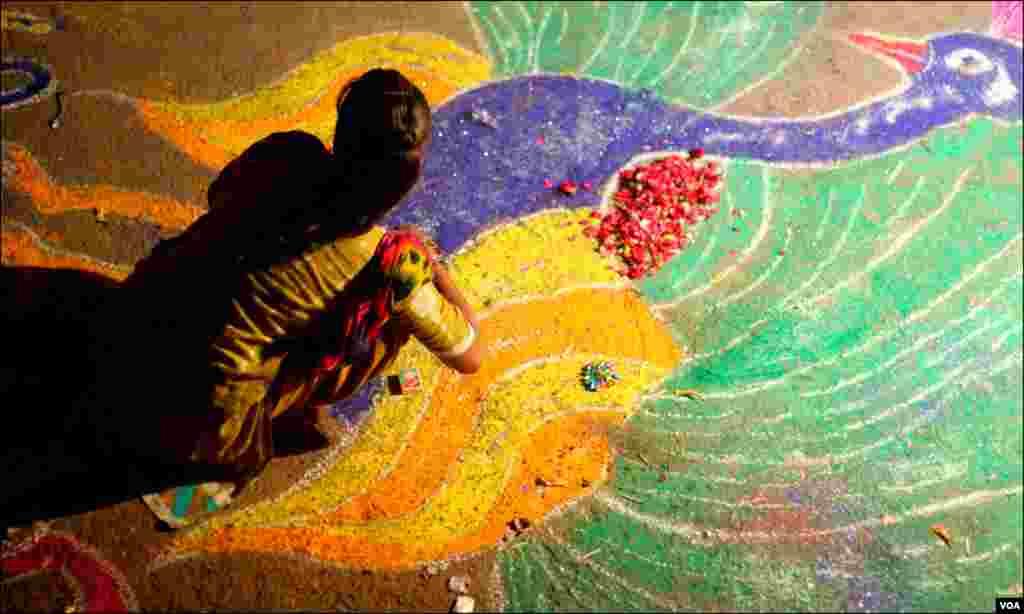 دیوالی کے دن رنگولی سجاتی ایک خاتون