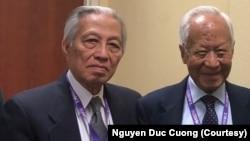 Ông Phạm Kim Ngọc (phải) đứng chung với ông Nguyễn Đức Cường (trái) tại hội thảo mới đây về các giá trị Việt Nam Cộng hòa ở Eugene, bang Oregon