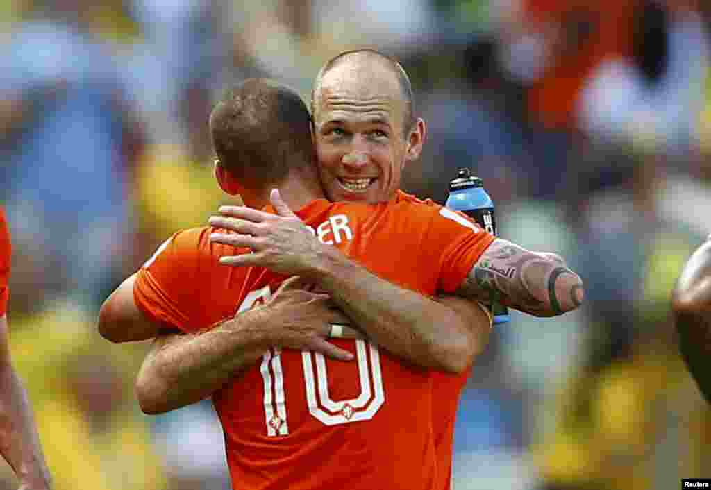 Wesley Sneijder of the Netherlands celebrates with his teammate Arjen Robben after scoring a goal against Mexico during their 2014 World Cup round of 16 game at the Castelao arena in Fortaleza, Brazil, June 29, 2014.