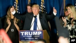 9일 미국 뉴햄프셔에서 열린 대선 공화당 경선에서 승리한 도널드 트롬프 후보가 지지자들을 향해 손을 들어보이고 있다.