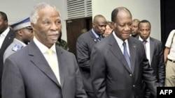Cựu tổng thống Nam Phi Thabo Mbeki (trái) hội đàm cùng ông Alassane Ouattara (phải) tại Abidjan, 05/12/2010