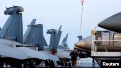 Một thuỷ thủ canh gác trên tàu sân bay USS Carl Vinson sau khi cập cảng Đà Nẵng ngày 5/3/2018. Đây là hàng không mẫu hạm đầu tiên của Mỹ cập cảng Việt Nam kể từ sau chiến tranh.