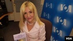 """La doctora Ludy Green publicó un libro titulado """" Ending Domestic Violence Captivity"""", que ofrece una guía para lograr la """"libertad económica""""."""