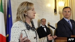 """Klinton fikricha, Muammar Qaddafiyga bosimni oshirish, uning shafqatsiz hujumlariga chek qo'yish kerak. """"Muxolifatga eng ma'qul yordam shu bo'ladi"""" deydi u."""