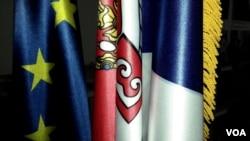 Zastave Evropske unije i Republike Srbije, Foto: Glas Amerike