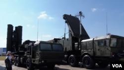2014年莫斯科武器展上的S-400防空導彈。(美國之音白樺拍攝)