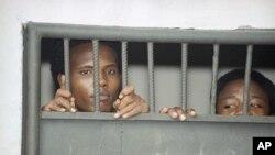 Wafungwa wawili wakiwa rumande Mogadishu Ijumaa, Jan. 29, 1993 katika kitengo cha uchunguzi wa makosa ya jinai wakikabiliwa na tuhuma za kisiasa.