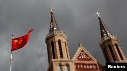 河北省黃土崗村的天主教堂前飄揚的中國國旗。(2018年9月30日)