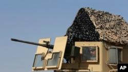 ایک امریکی فوجی رقہ کے قریب ایک بھاری مشین گن کے ساتھ ڈیموکریٹک فورسز کی مدد کر رہا ہے۔ شام میں ایک ہزار امریکی فوجی موجود ہیں۔ 26 جولائی 2017