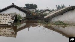 지난 2012년 7월 북한 평안남도 안주시에서 홍수로 집들이 물에 잠겼다. (자료사진)