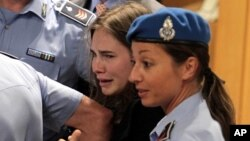 ນາງ Amanda Knox ຮ້ອງໄຫ້ ເວລາອອກຈາກສານ ຫລັງຈາກ ສານຕັດສິນຕ່າວປີ້ນວ່າ ນາງບໍ່ມີຄວາມຜິດ ໃນຂໍ້ຫາຂ້ານາງ Meredith Kercher. ວັນທີ 4 ຕຸລາ 2011.