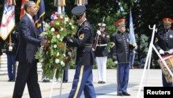 گورستان آرلینگتون- باراک اوباما بر مزار سربازان گمنام گل می گذارد