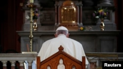 Đức Giáo hoàng Phanxicô pcầu nguyện bên trong nhà thờ St Mary's Pro trong một chuyến thăm Dublin, Ireland, ngày 25 tháng 8, 2018.