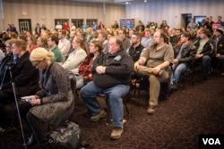肯塔基州联邦参议员保罗的支持者不顾恶劣天气,坚持参加集会表示对候选人的支持。(美国之音记者方正拍摄)