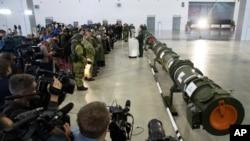 俄罗斯当局向外国记者和武官展示其 9M729陆基巡航导弹( 2019年1月23日美联社)