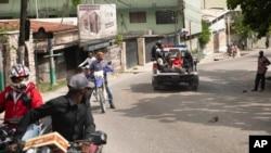 Motuka ya police ememi bakangami babale na poste ya police ya Petion Ville na Port-au-Prince, Haiti, 8 juillet 2021.