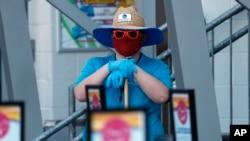 Фото: Співробітник аквапарку в Техасі проводить дезінфекцію перед відкриттям