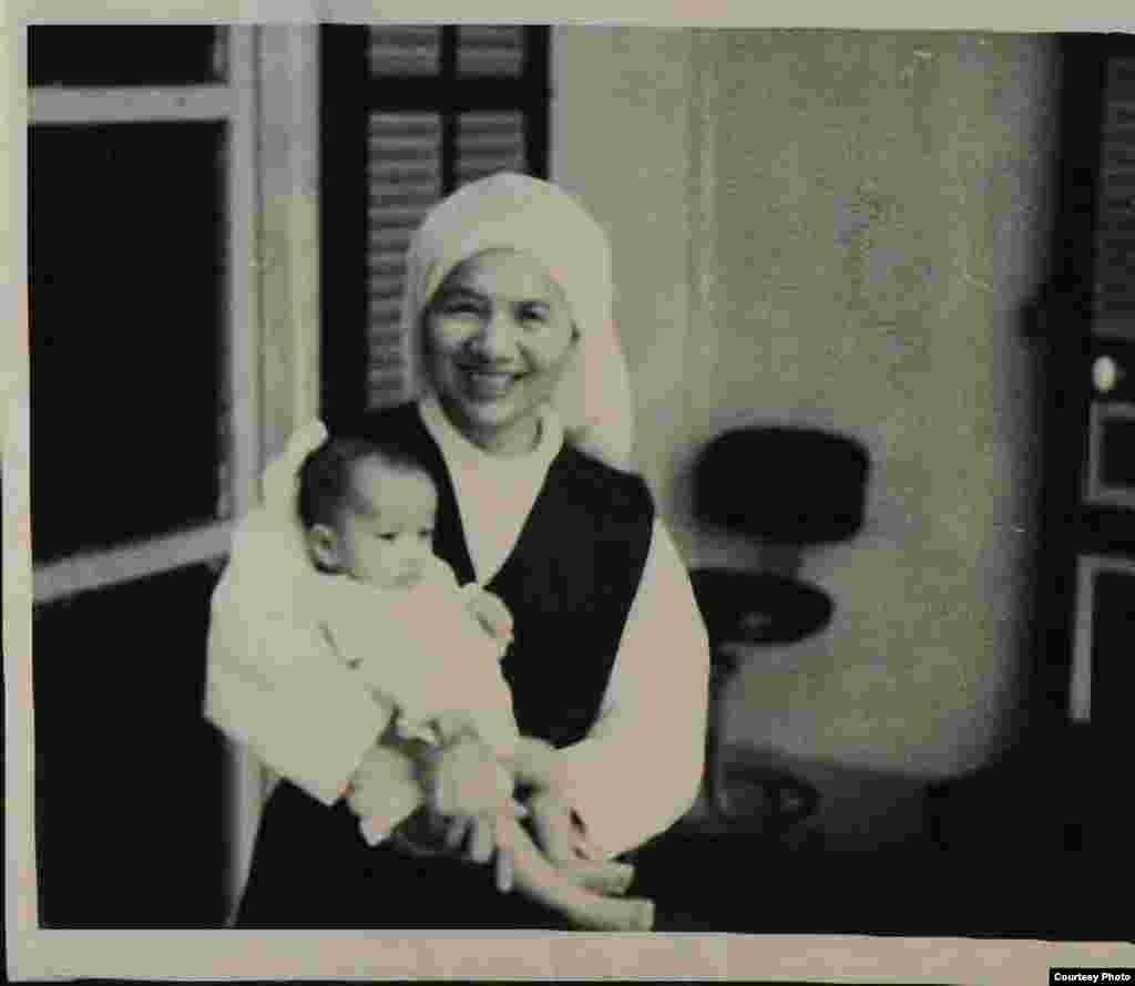孤儿院的修女抱着金伯利(金伯利·米切尔提供)